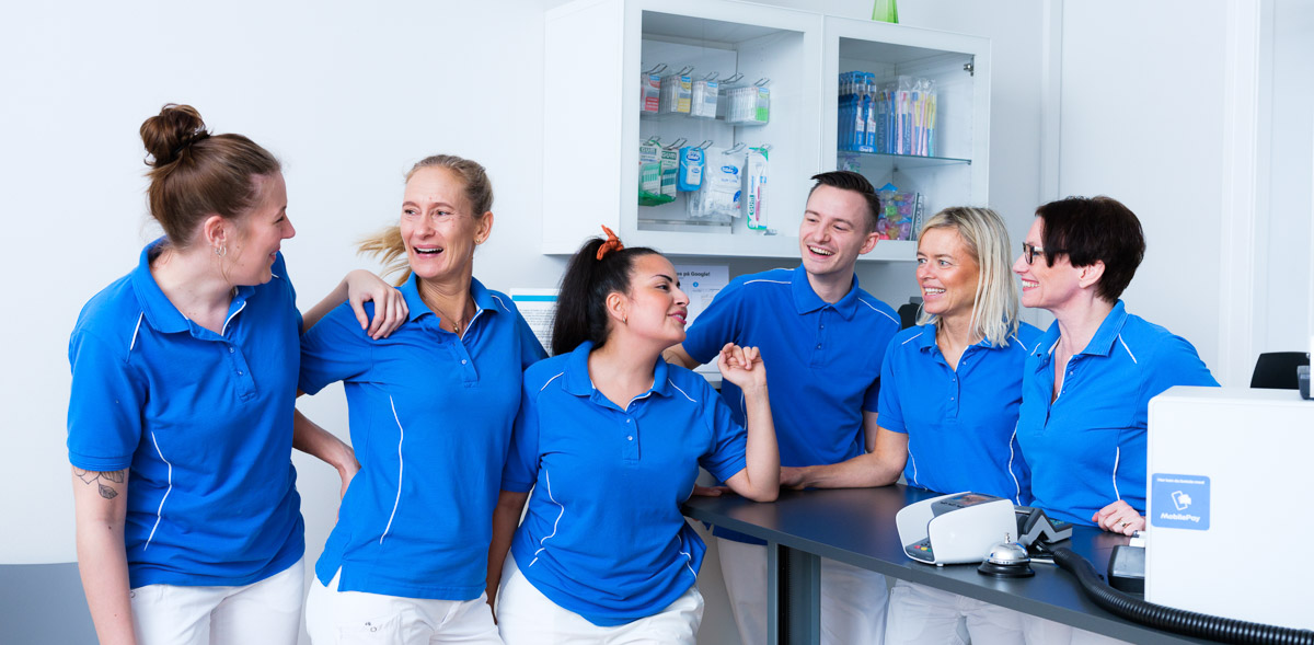 Alle klinikkens ansatte samlet på et billede